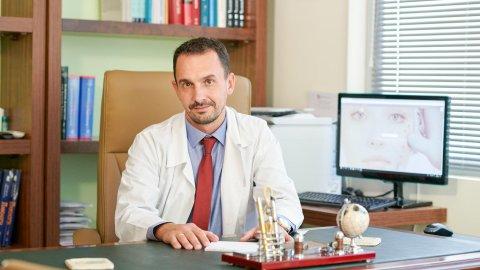 """Ο Σουμαλεύρης Αλέξανδρος είναι πτυχιούχος της Ιατρικής Σχολής του Εθνικού Καποδιστριακού Πανεπιστημίου Αθηνών και ειδικευμένος στην Δερματολογική Κλινική του Πανεπιστημίου της Χαϊδελβέργης στην Γερμανία και στο Νοσοκομείο Δερματικών και Αφροδισίων νοσημάτων """"Ανδρέας Συγγρός""""."""